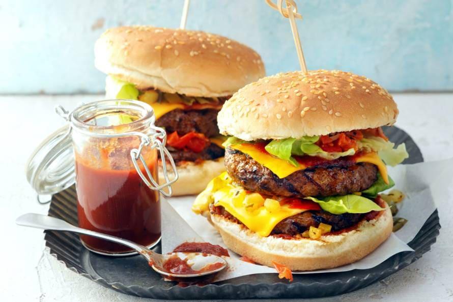 Dubbele cheeseburger met tomaat-ui-augurkrelish