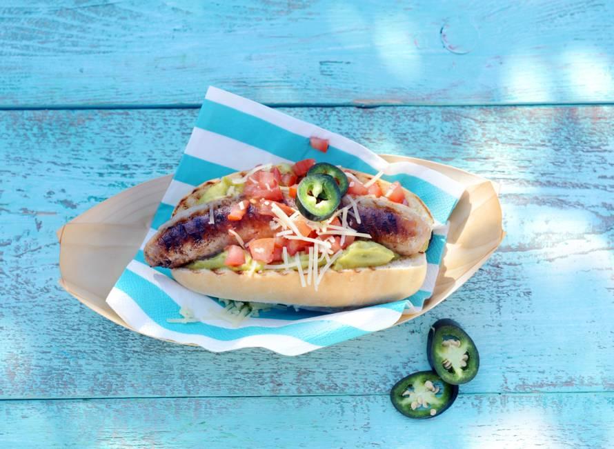 Hotdogs met kaas, guacamole en tomaat
