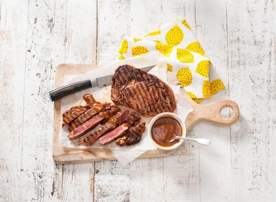 Julius Jaspers' ribeye van de barbecue met steaksaus