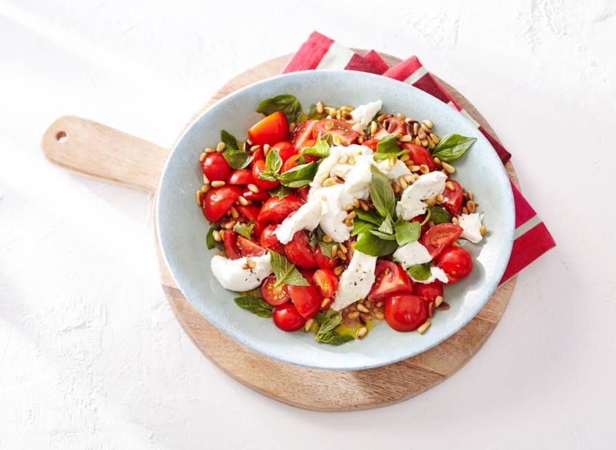 Salade caprese met pijnboompitten