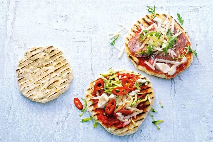 Minipizza's met mozzarella & salami en courgette & rode peper