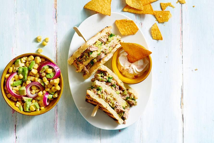 Tonijnsandwich met guacamole en maissalade