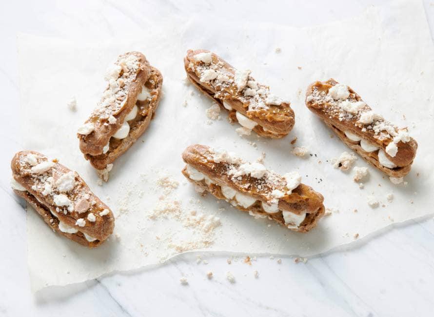 Chocolade-eclairs met dulce de leche en karamelmeringues