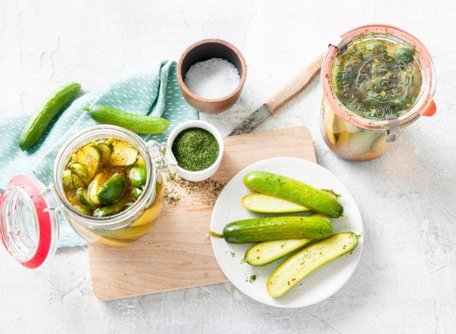 Ingemaakte mini-komkommers