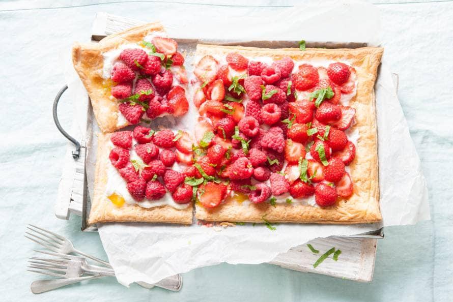 Plaattaart met lemon curd, frambozen en aardbeien