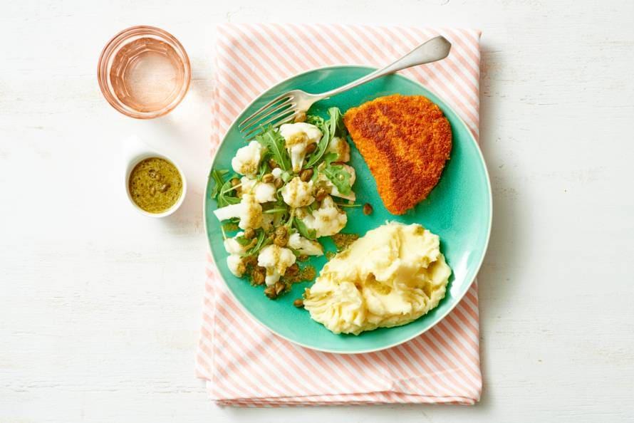Gebakken cordon bleu met puree en lauwwarme bloemkoolsalade