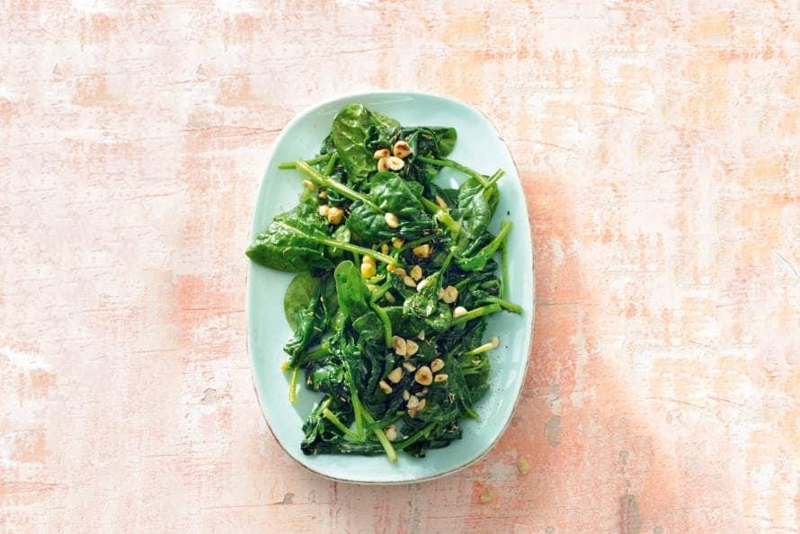 Geroerbakte spinazie met knoflook & hazelnoten