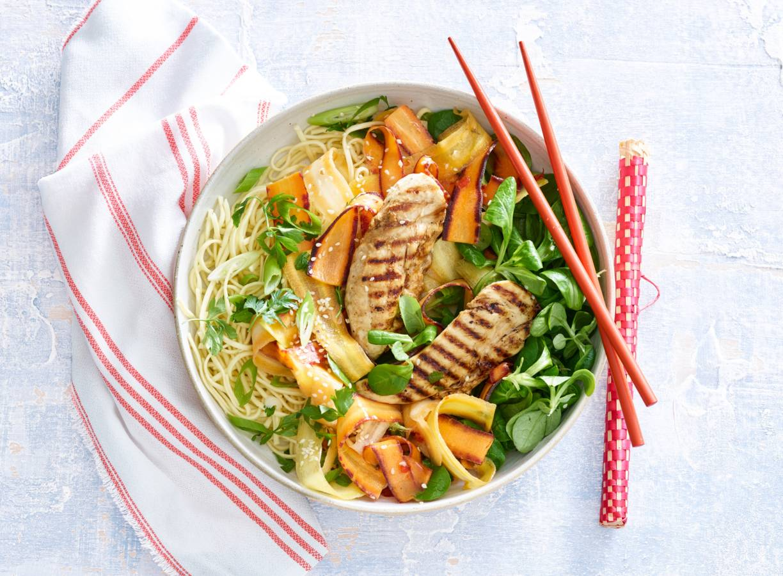 Regenboogwortelsalade met gemberdressing en kip