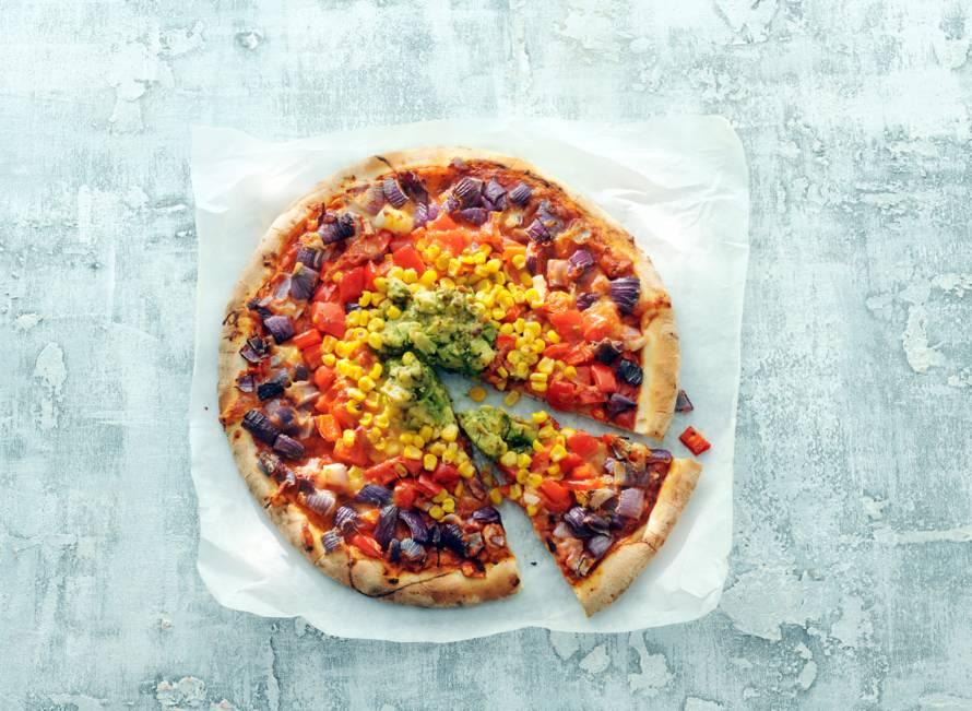 Pizza met regenboog van groenten