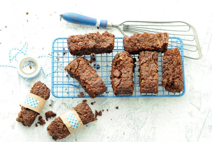 Brownies met amandelmeel, dadels en pecannoten