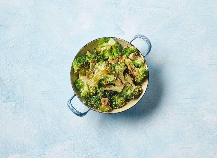 Geroerbakte broccoli met sojasaus en sesam