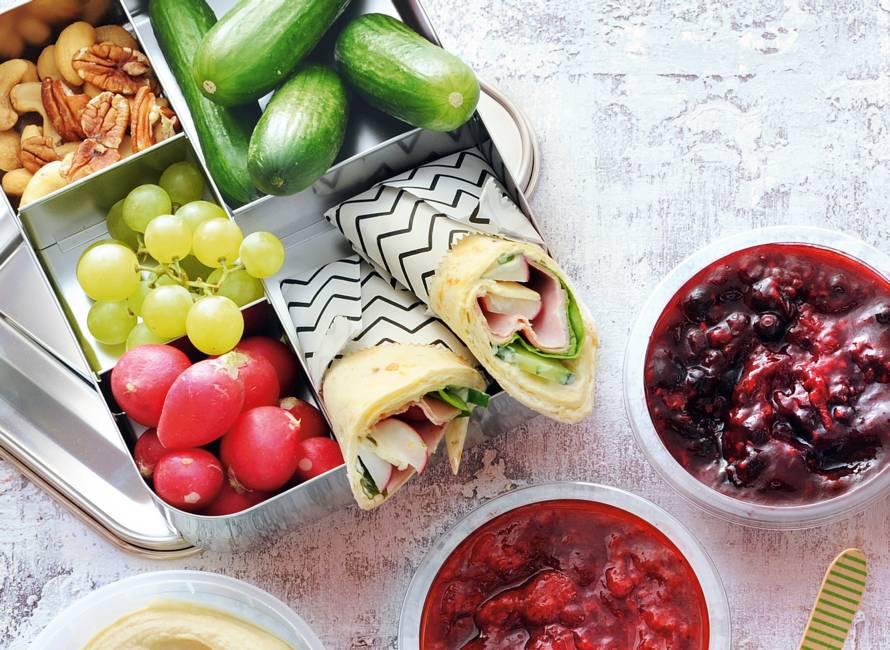 Meergranenwrap met roomkaas, ham, groente en basilicum