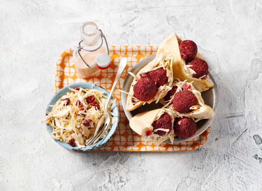Pita's met bietenfalafel en coleslaw