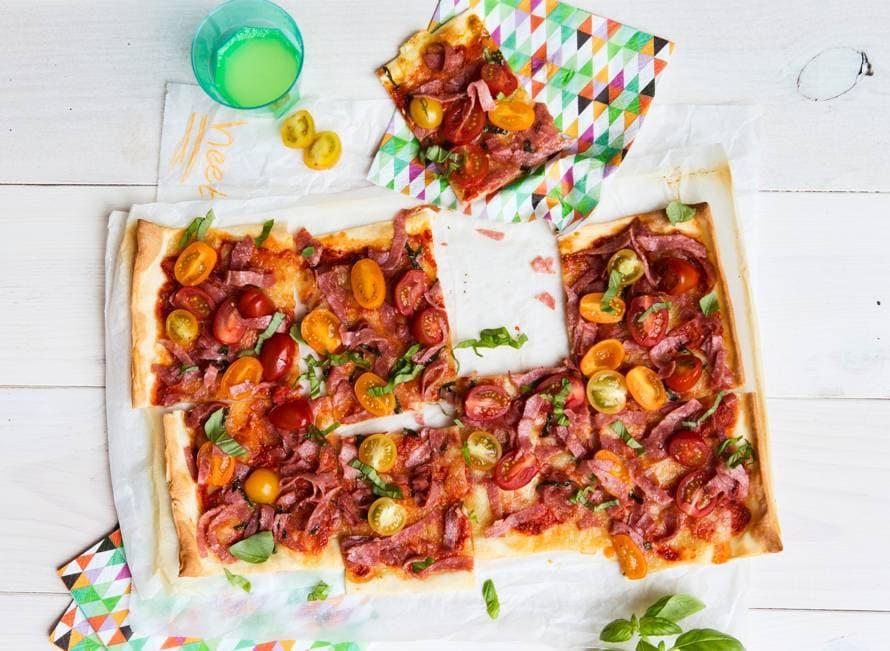 Plaatpizza met salami en tomaatjes