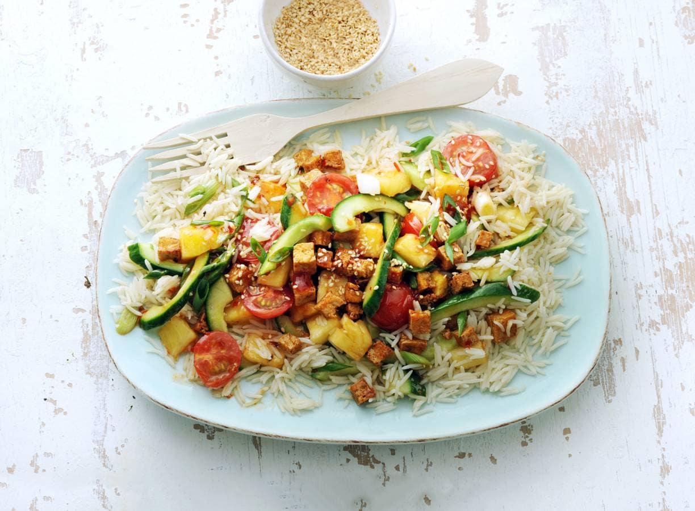Thaise roerbak met komkommer, cherrytomaten, ui, ananas en tofu