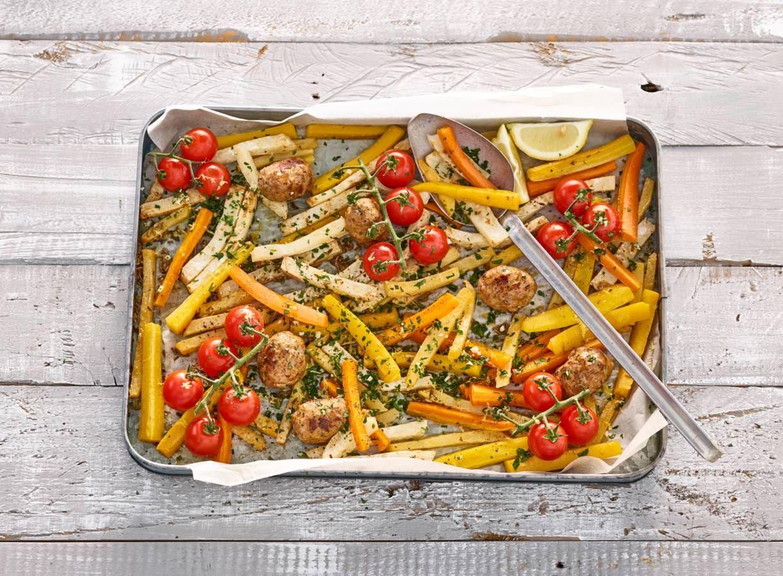 Traybake met gehaktballetjes, groentefriet en gremolata