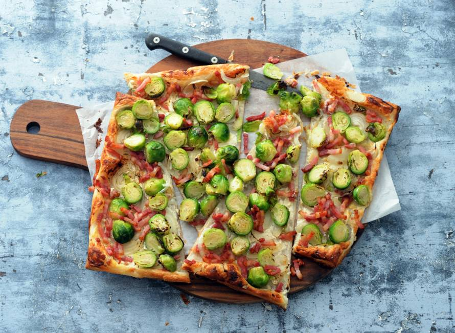 Plaatpizza met spek, ui & spruiten