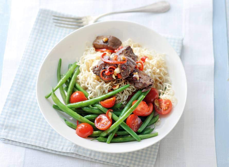 Aziatische noedelsalade met biefstuk en sperziebonen