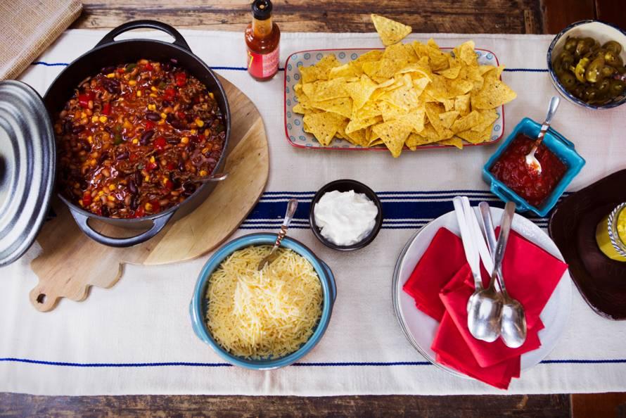 Mexicaanse chili van twee soorten bonen met chips