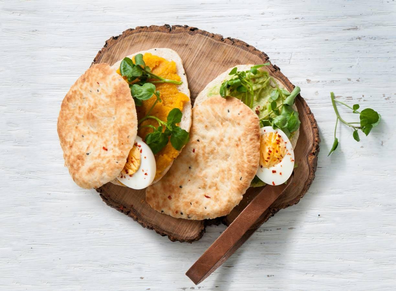 Naan met pompoenspread of pittige avocado en ei