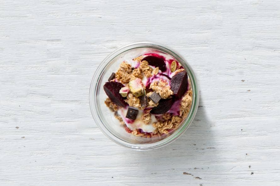 Yoghurt met rode biet, granola en honing
