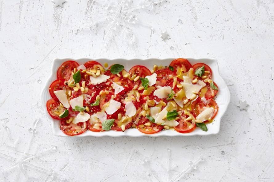Carpaccio van tomaat met parmezaan en pijnboompitten