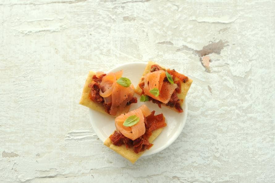 Crostini met tomatentapenade en gerookte zalm