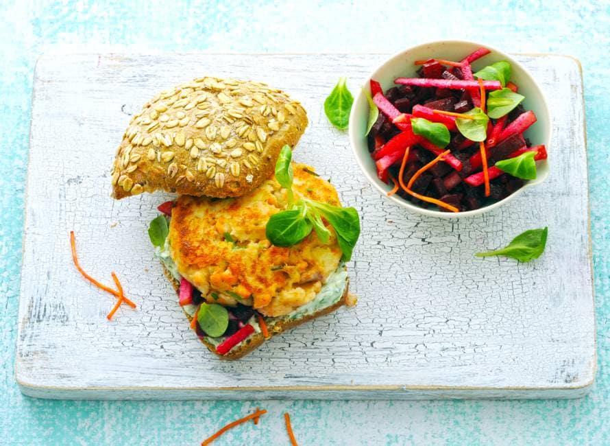 Broodje homemade zalmburger met kleurige salade