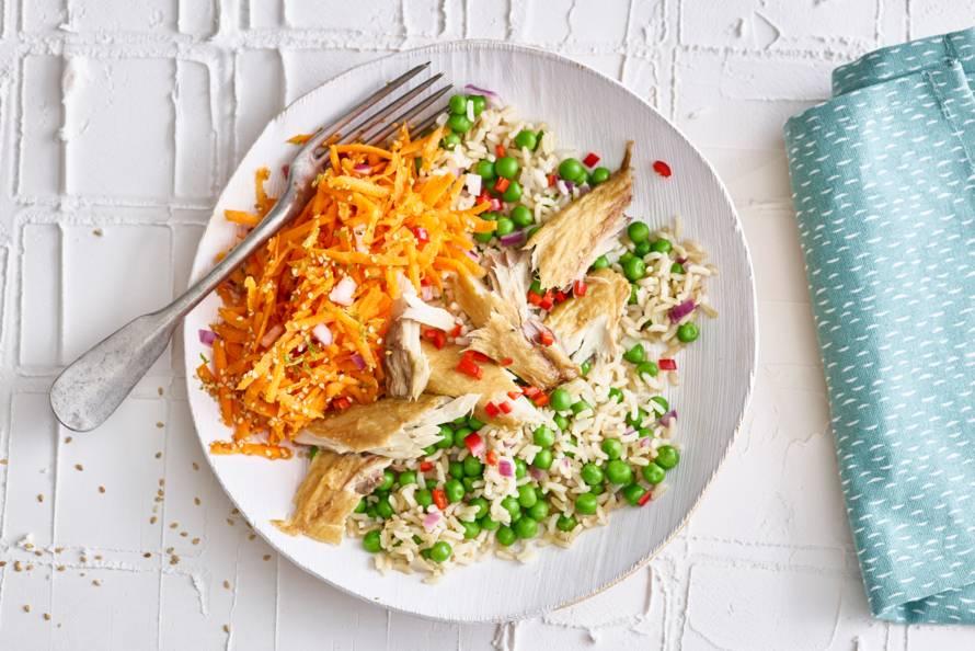 Gebakken rijst met pittige makreel en wortelsalade