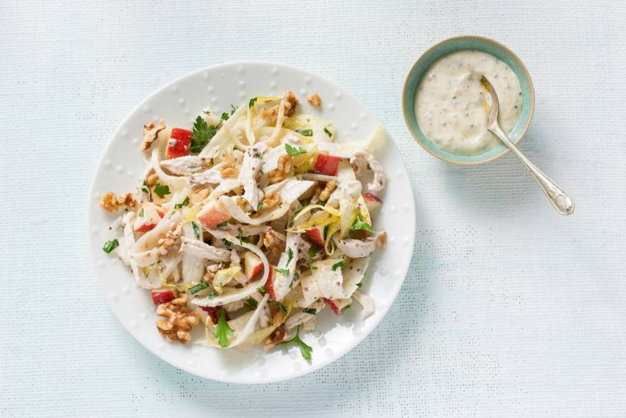 Waldorfsalade met kip, walnoten, knolselderij en witlof