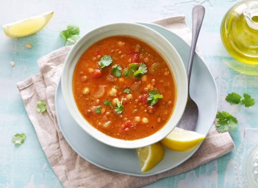 Rijkgevulde kruidige linzensoep met tomaat en kikkererwten
