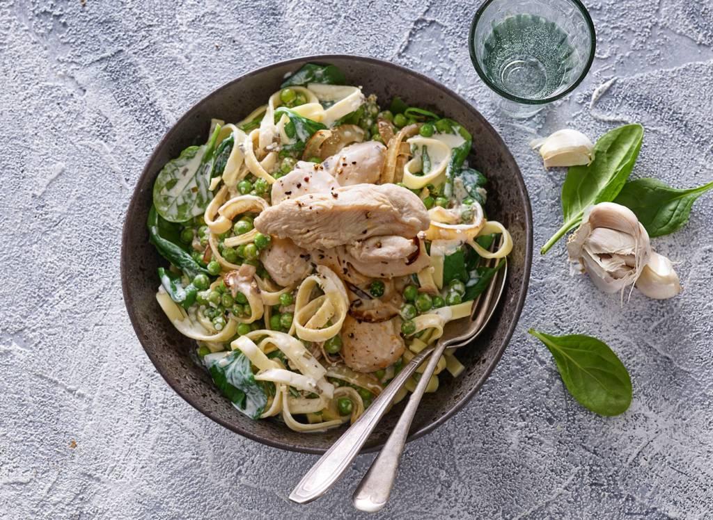 Verse tagliatelle met spinazie-roomsaus en gestoofde kip