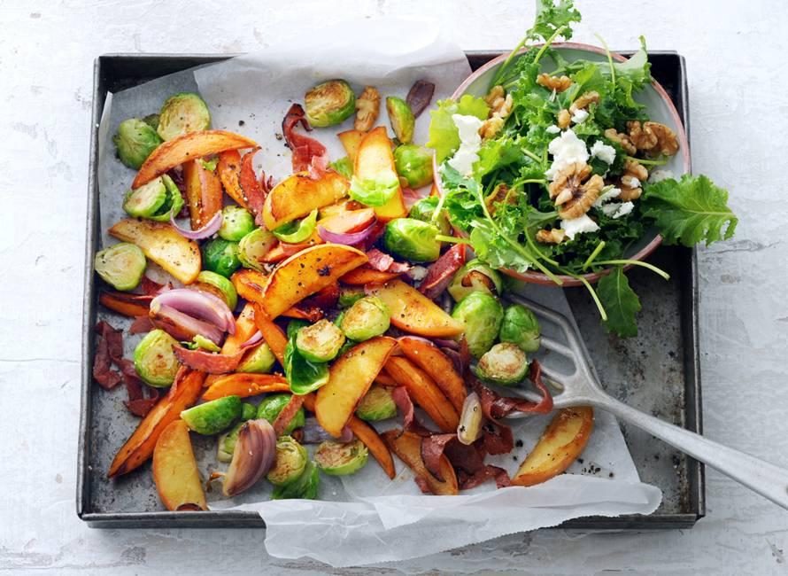 Ovenschotel met appel, spruiten en kruidige salami