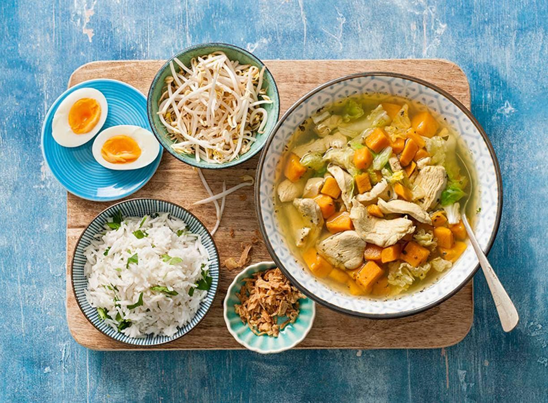Geurige maaltijdsoep met rijst en een eitje