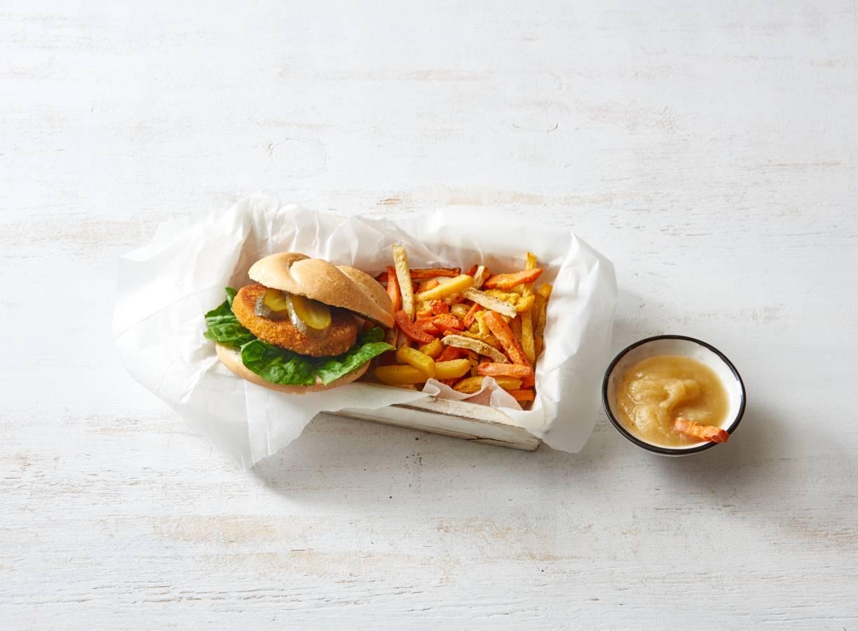 Kipburger met groentefriet en appelmoes