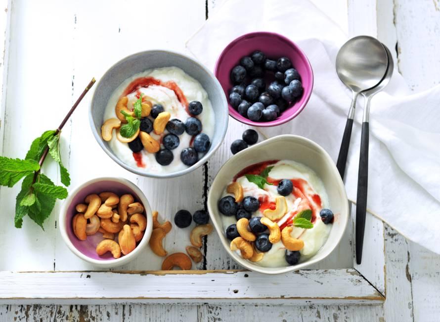 Griekse yoghurt met cashewnoten, blauwe bessen en aardbeienswirl