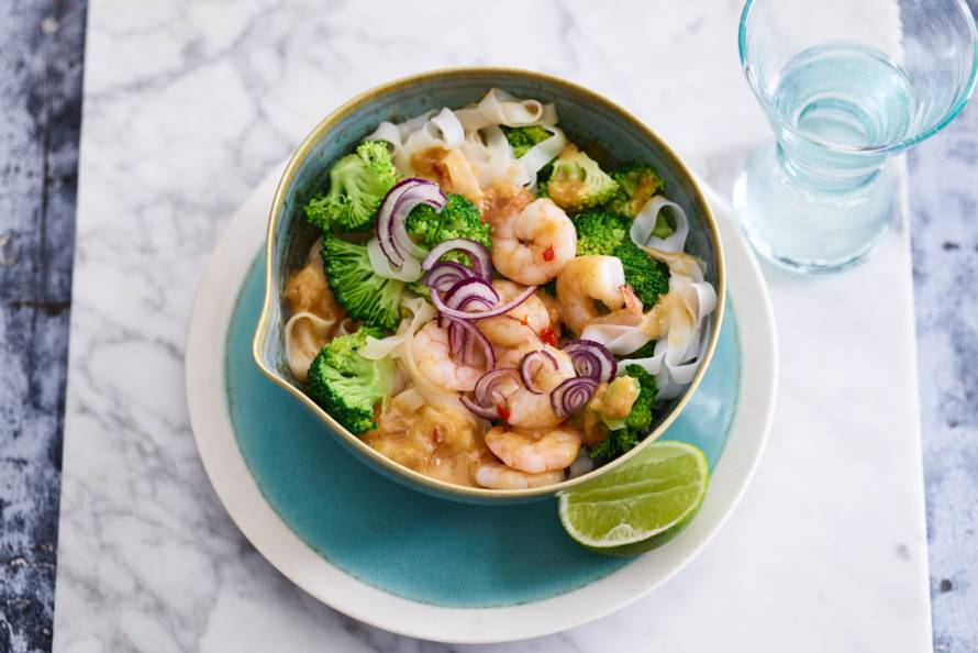 Noedelroerbak met garnalen, rode curry & broccoli