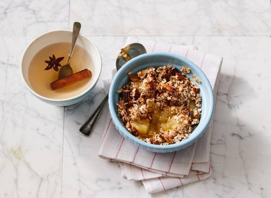 Ontbijtcrumble met appelcompote en pecannoten