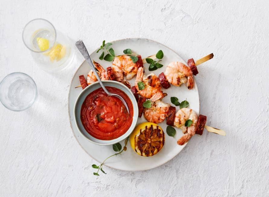 Spaanse surf & turfspiesjes met pittige tomatensaus