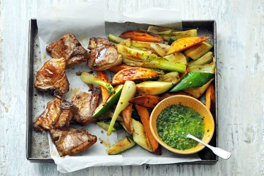 Lamskoteletjes met geroosterde groenten en salsa verde