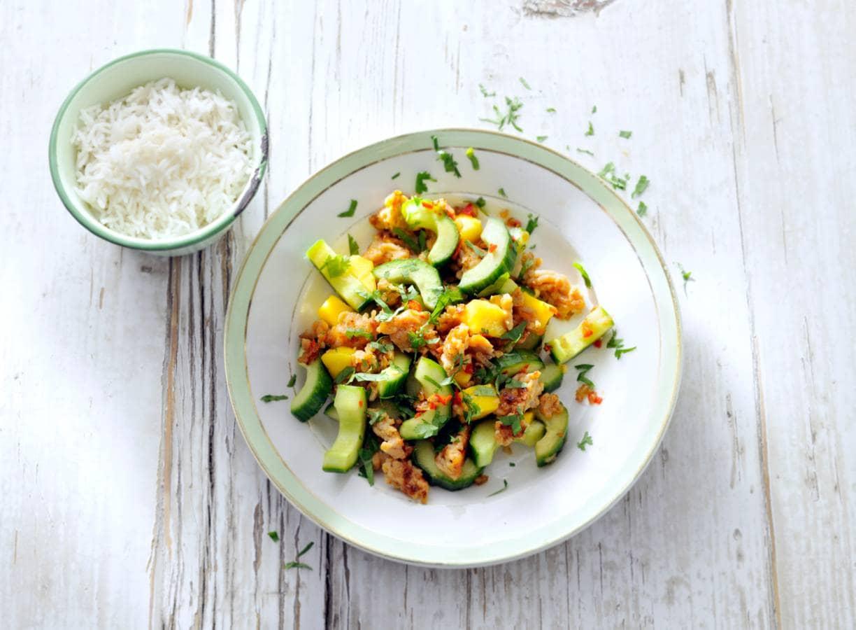 Pittige roerbak van kipgehakt met komkommer en mango