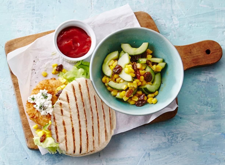 Pita met kabeljauwburger en mais-komkommersalade