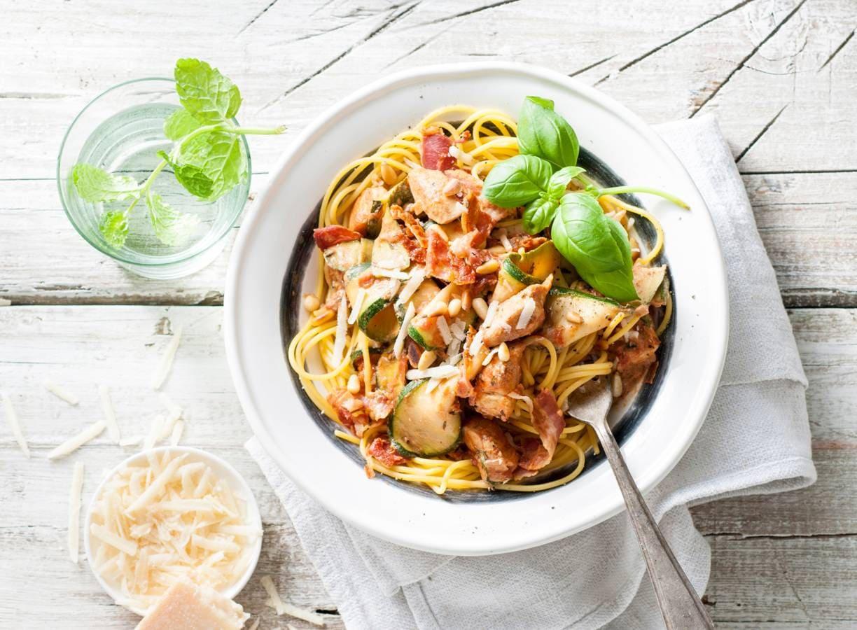 Glutenvrije spaghetti met courgette, kip en pancetta van Elize Vis