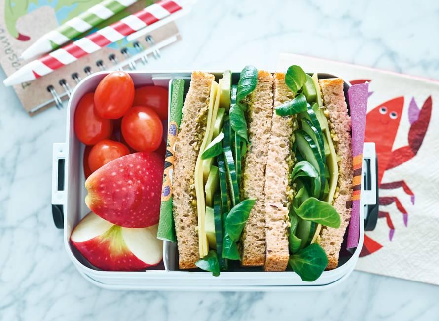 Speltbrood met spinaziespread, avocado en kaas
