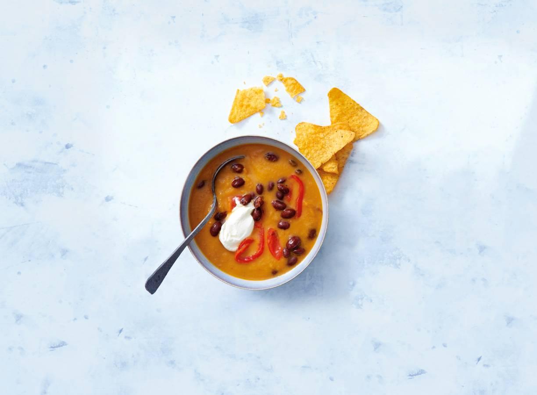 Mexicaanse maaltijdsoep van zoete aardappel met kidneybonen