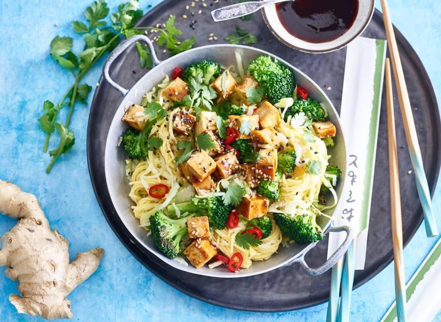 Pittige noedelroerbak met broccoli en teriyakitofu