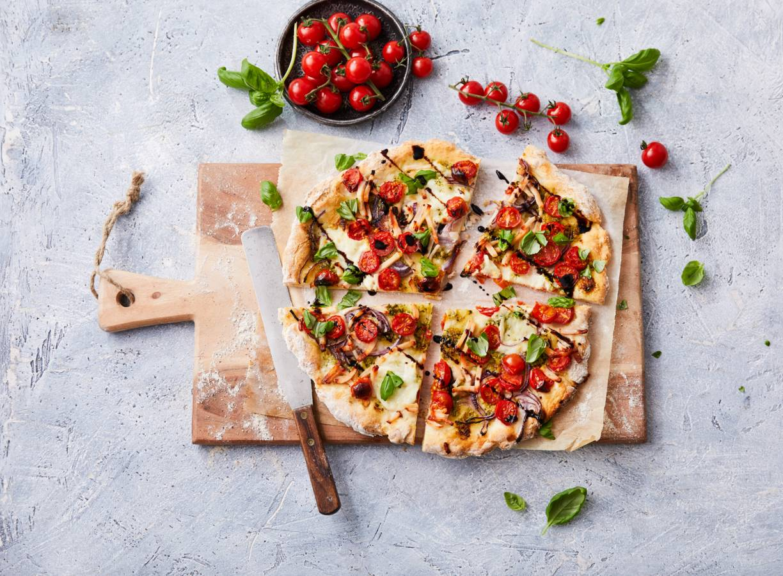 Glutenvrije pizza caprese met gerookte kip