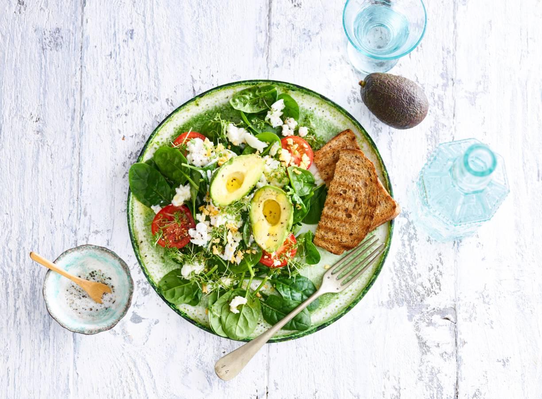 Spinazie, ei en avocado met geroosterd brood