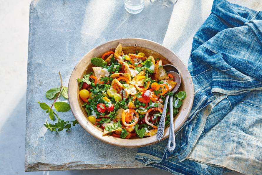 Fattoush met pita, kruiden en tuinerwten