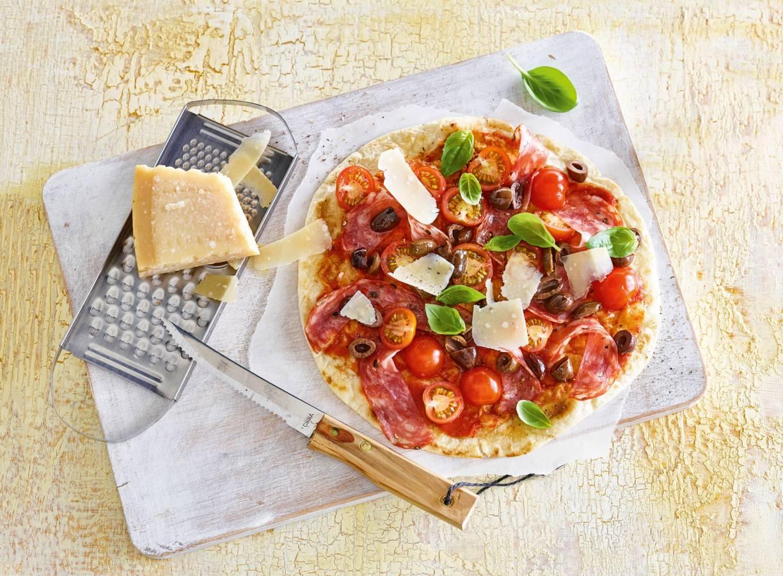 Easy piadina pizza met spianata romana